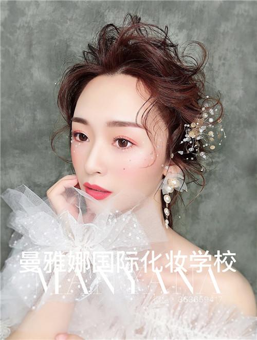 青岛曼雅娜国际化妆学校,新娘跟妆培训